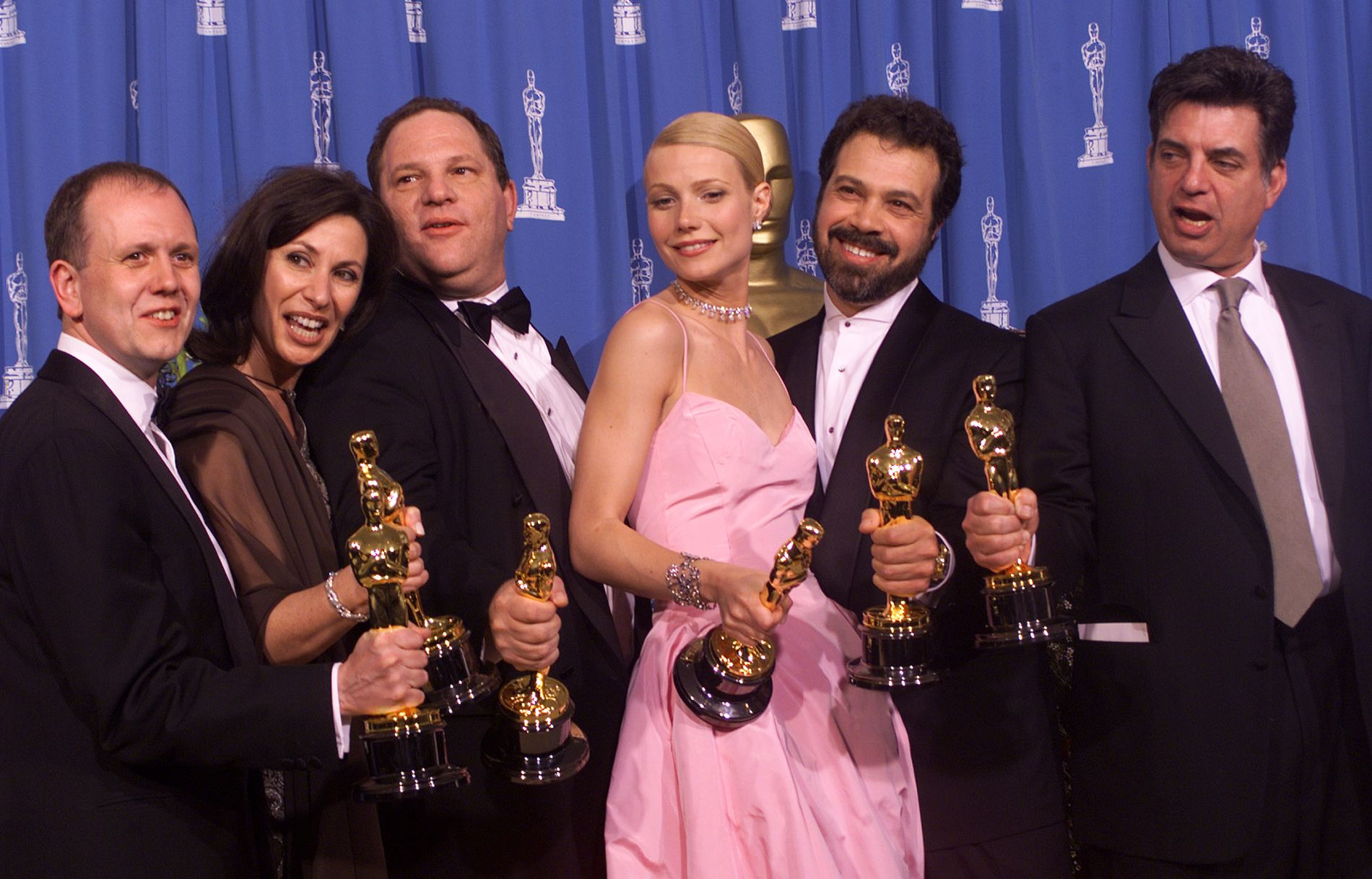SIDE OM SIDE: Havey Weinstein står til venstre for Gwyneth Paltrow på dette bildet fra Oscarutdelingen i 1999. Filmen «Shakespeare In Love» vant for beste film. Fra venstre mot høyre ser vi David Parfitt, Donna Gigliotti, Harvey Weinstein, Gwyneth Paltrow, Edward Zwick og Marc Norman.
