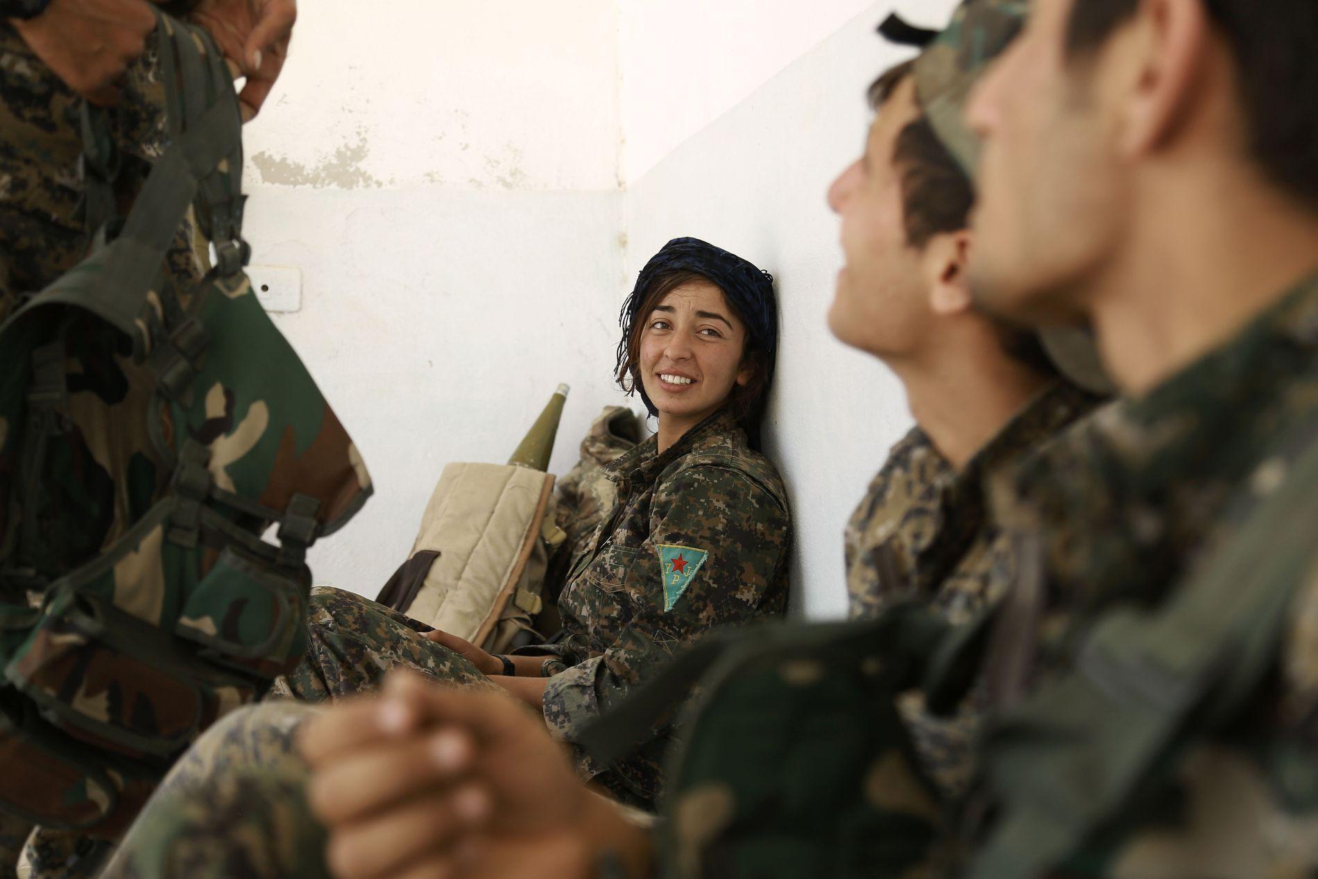 KVINNELIGE KRIGERE: De kurdiske krigerne i Syria har flere kvinnelige soldater blant seg, noe som har fått stor mediedekning. Her nær Raqqa i slutten av mai.