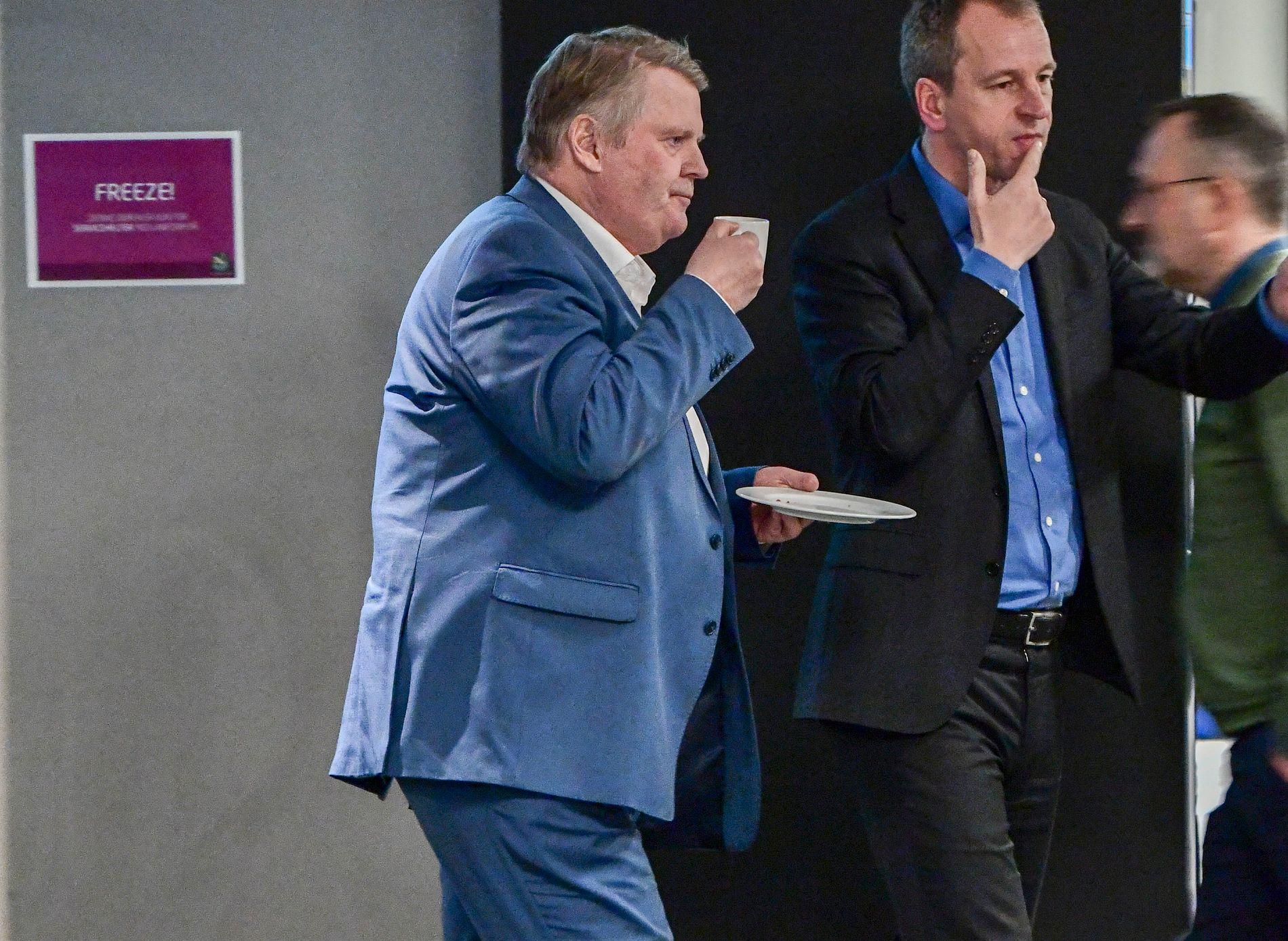 VIL FORHANDLE: Leder Hans Fredrik Grøvan i KrFs stortingsgruppe avbildet i en kaffepause da KrFs landsstyre sa ja til å gå inn i regjering – på Gardermoen.