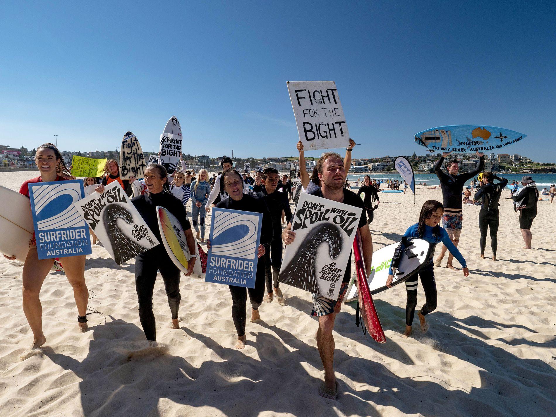 «NO WAY»: Syv ganger verdensmester i surfing Layne Beachley (nr. to fra venstre), Susie Crick i Surfrider Foundation og ambassadør Damien Cole demonstrerer mot Equinor på Bondi Beach i Sydney.