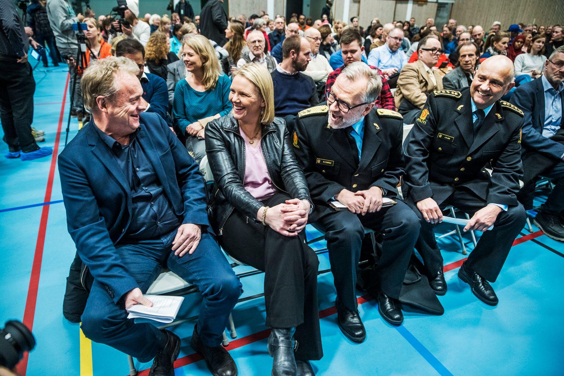 FOLKEMØTE: Byrådsleder Raymond Johansen og Justisminister Sylvi Listhaug deltok tirsdag kveld på et folkemøte på Holmlia. Møtet handlet om problemer med gjengkriminalitet i området.