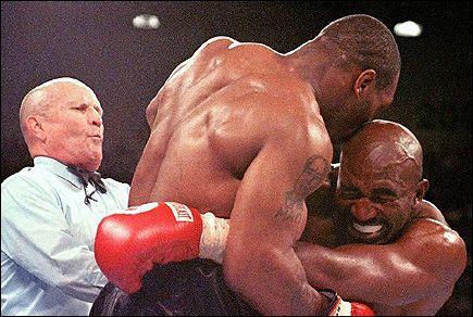 HISTORISK BITT: 11 år har gått siden Mike Tyson bet av en del av Evander Holyfields øre i VM-kampen i tungvekt. Foto: AFP