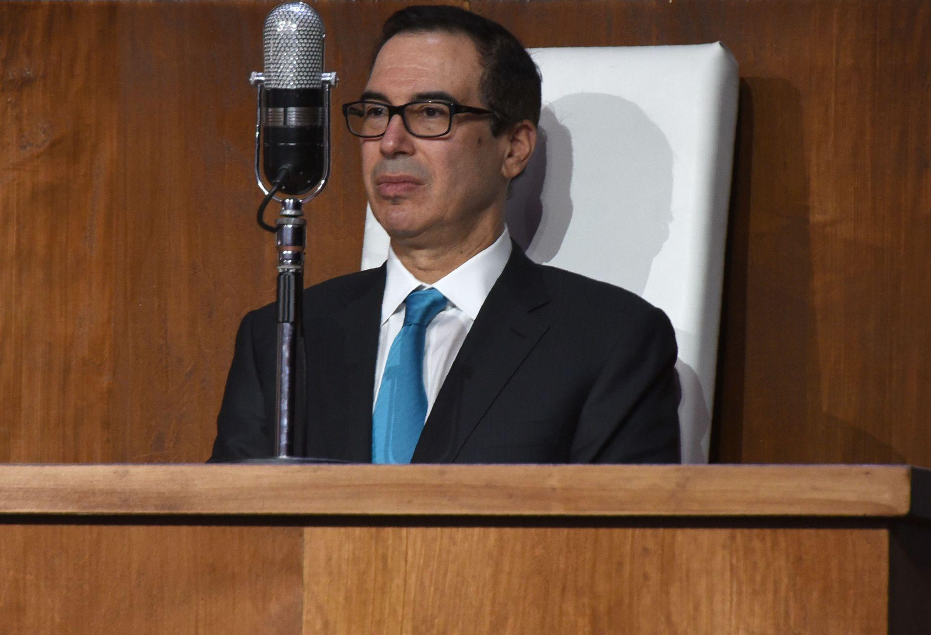MYK PAKKE: USAs finansminister, Steven Mnuchin, fikk seg en lite hyggelig overraskelse på julaften.