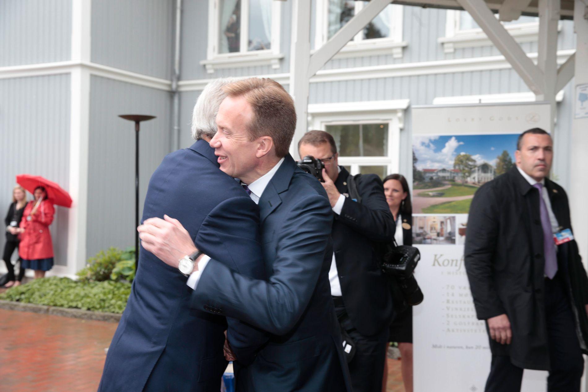 SÅ TETTE ER DE: USAs utenriksminister John Kerry ankommer Losby gods hvor han tas imot av utenriksminister Børge Brende onsdag formiddag.