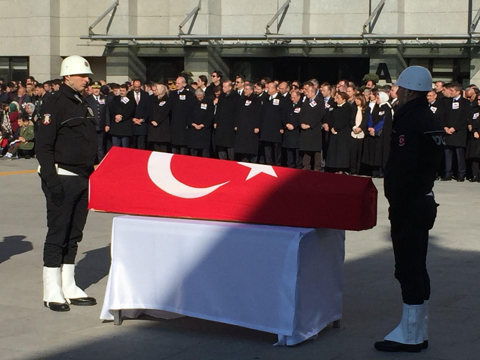 MINNESTUND: Det holdes minnestund for drepte politimenn i Istanbul. I midten bak: President Recep Tayyip Erdogan og statsminister Binali Yildirim.