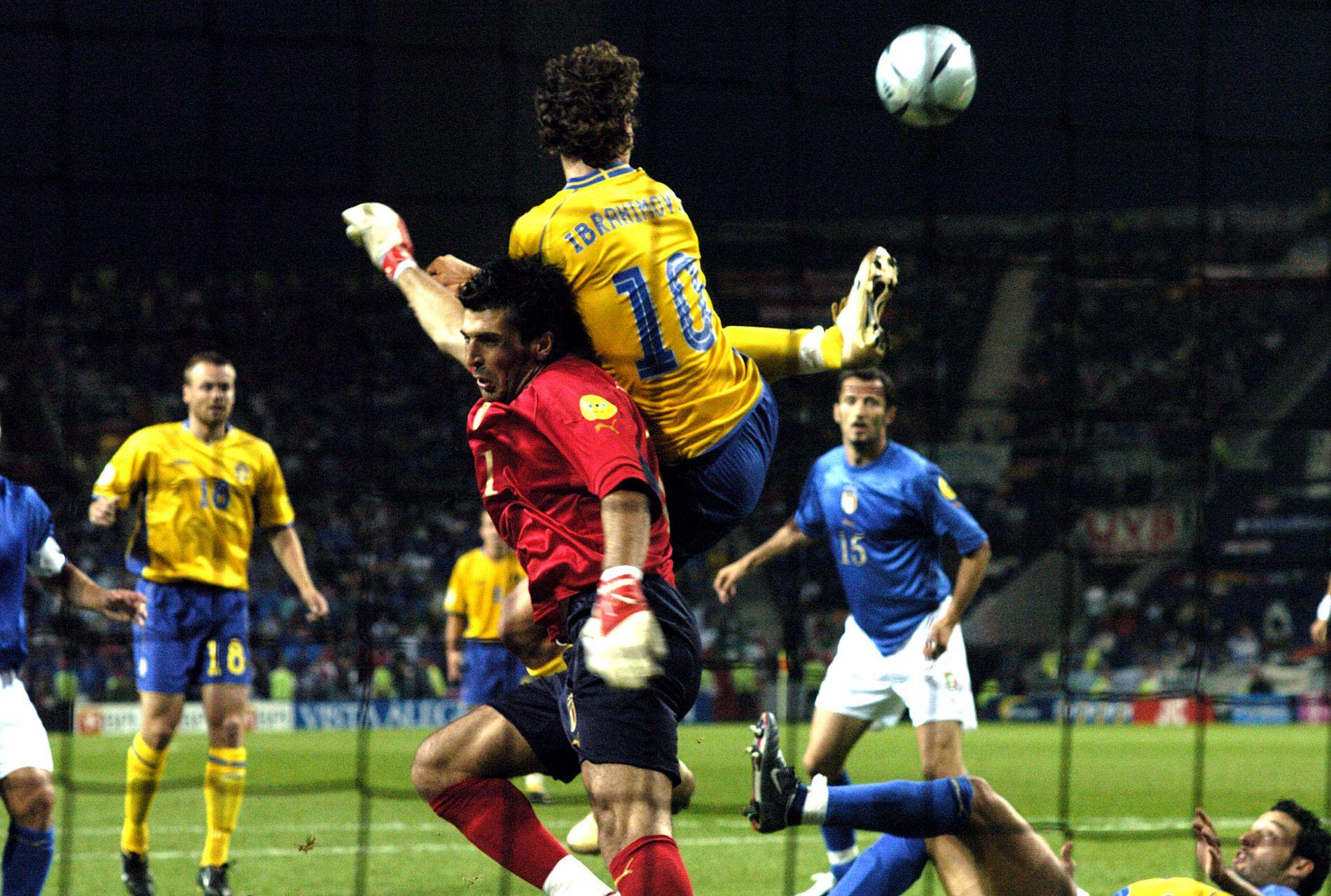 ZLATAN, FOR ET MÅL: 44.926 tilskuere så Zlatan Ibrahimovic score Sveriges utligningsmål med hælen rett foran hendene på Gianluigi Buffon i EM 2004.