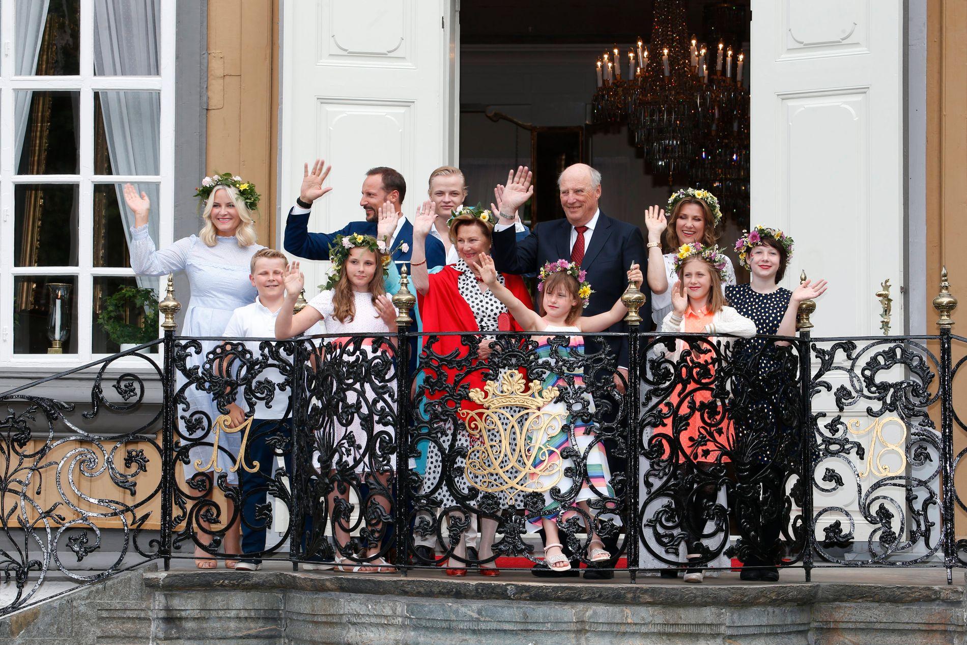 Kong Harald og dronning Sonja fikk følge av barn, svigerbarn og barnebarn da de feiret 25 år som kongepar.