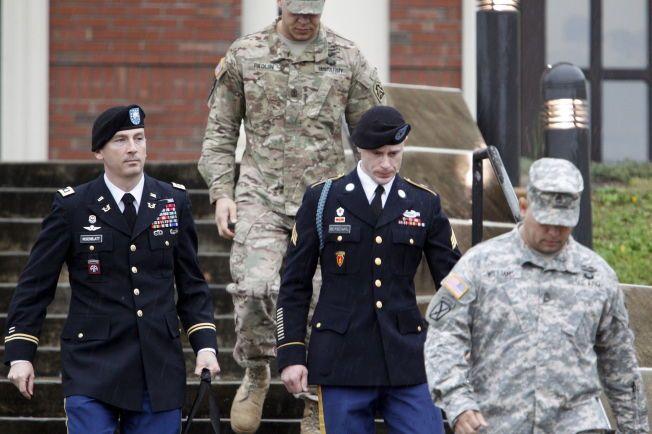 I RETTEN: Den amerikanske sersjanten Bowe Bergdahl (nummer to fra høyre) forlater rettssalen sammen med sin forsvarsadvokat Franklin Rosenblatt etter en forberedende rettshøring i Fort Bragg i North Carolina tirsdag.