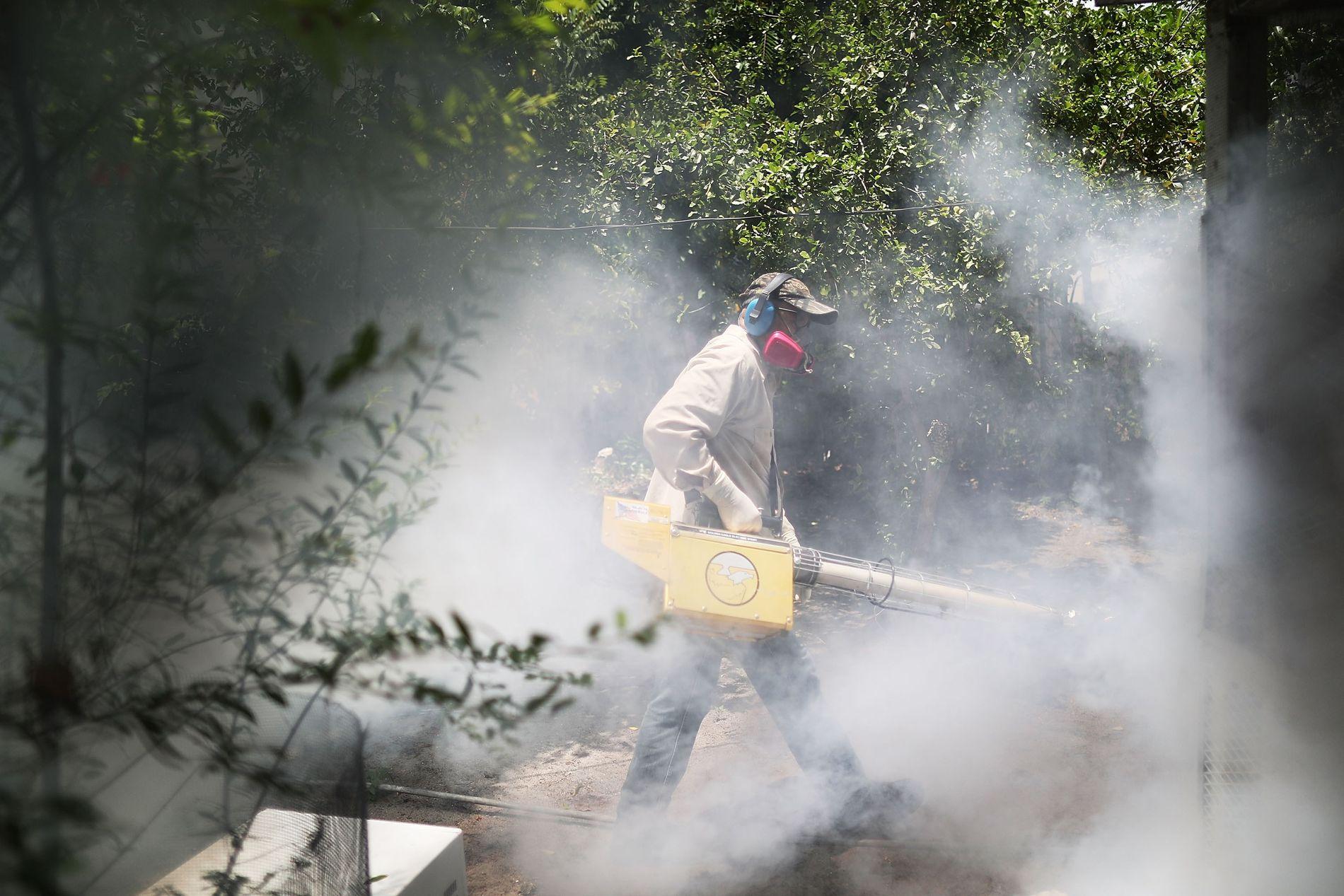 SPRAYER: I Wynwood sprayes gatene med insektsmiddel. Onsdag skal også fly begynne å spre myggdrepende middel fra luften.