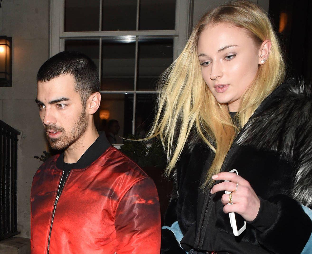 LAV PROFIL: Joe Jonas og Sophie Turner ved ett av de få tilfellene de er blitt avbildet sammen. Her forlater de restauranten 34 i London etter å ha feiret hennes bursdag i februar.