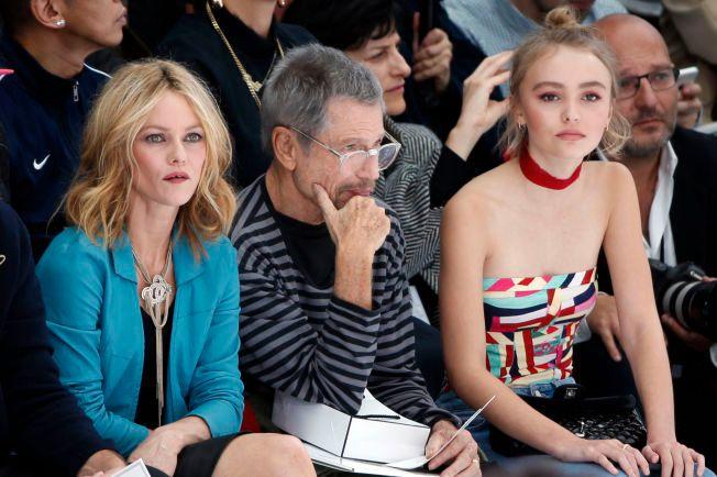 PÅ MOTEGALLA: Vanessa Paradis og datteren  Lily-Rose Depp på hver side av den franske kunstnerent Jean-Paul Goude på moteuken i Paris tirsdag.