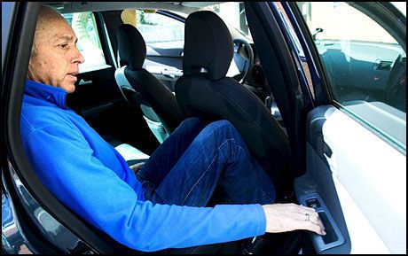 LUKKET: Atle Hamre lukker døren i den sivile politibilen etter å ha blitt varetektsfengslet siktet for utpressing va Trond Willy Wilhelmsen. Foto: Kjell Inge Søreide