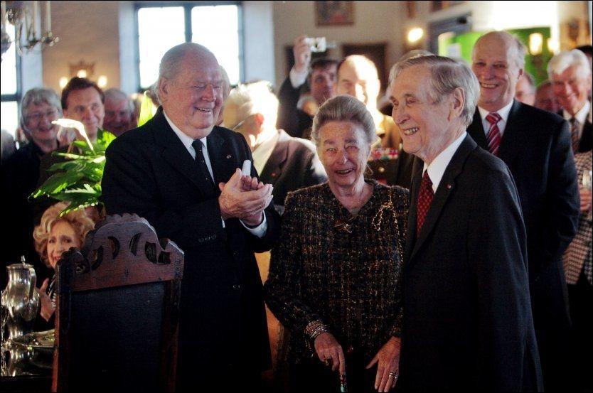 HEDRET: Da Gunnar «Kjartan» Sønsteby fylte 90 år i 2008 var flere prominente gjester på plass, blant dem bestevennen Erling Lorentzen (t.v.), hans kone prinsesse Ragnhild (midten) og Kong Harald (bak t.h.). Foto: JANNE MØLLER-HANSEN/VG