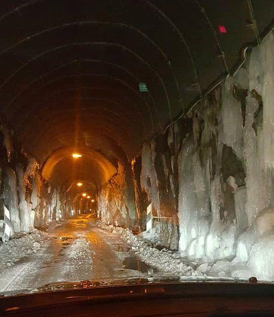ISDEKT: Veggene inne i Ørnfjordtunnelen på Senja dekkes av is.