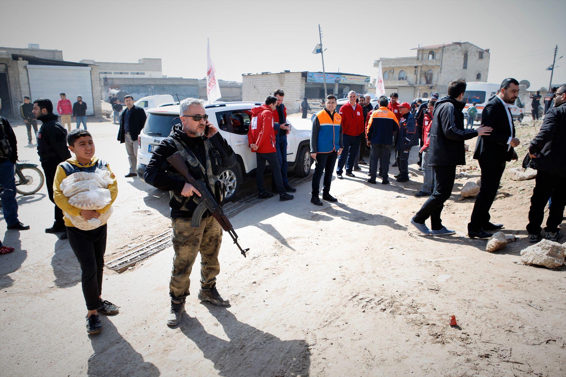 LEDSAGET: VG reiste sammen med 15 andre journalister og minst like mange soldater, presserådgivere og nødhjelpsarbeidere til områder rundt den kurdiske enklaven Afrin. Her fra byen Azaz.