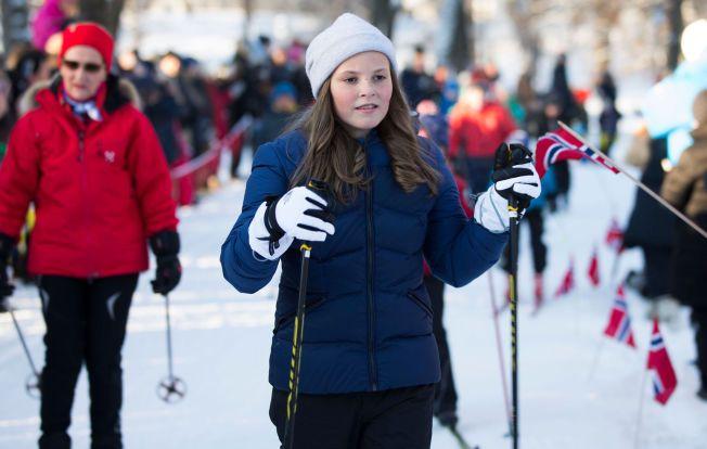 PÅ SKI MED FARMOR: Prinsesse Ingrid Alexandra gikk først da hun og farmor dronning Sonja tok seg en skitur på slottsplassen under 25-årsmarkeringen for kongeparet i januar.