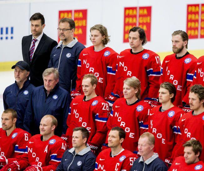 PÅ LANDSLAGET I MAI: Norges VM-back Stefan Espeland (nummer fire fra venstre øverste rekke) har skrevet toårs kontrakt med Lørenskog etter tre og en halv sesong i Vålerenga.