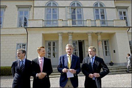 HAGA SLOTT: Her poserer de nordiske utenriksministrene utenfor Haga Slott i Solna i 2008. Fra venstre Jonas Gahr Støre, Alexander Stubb (Finland), Carl Bild (Sverige) og Per Stig Møller fra Danmark. Foto: Scanpix