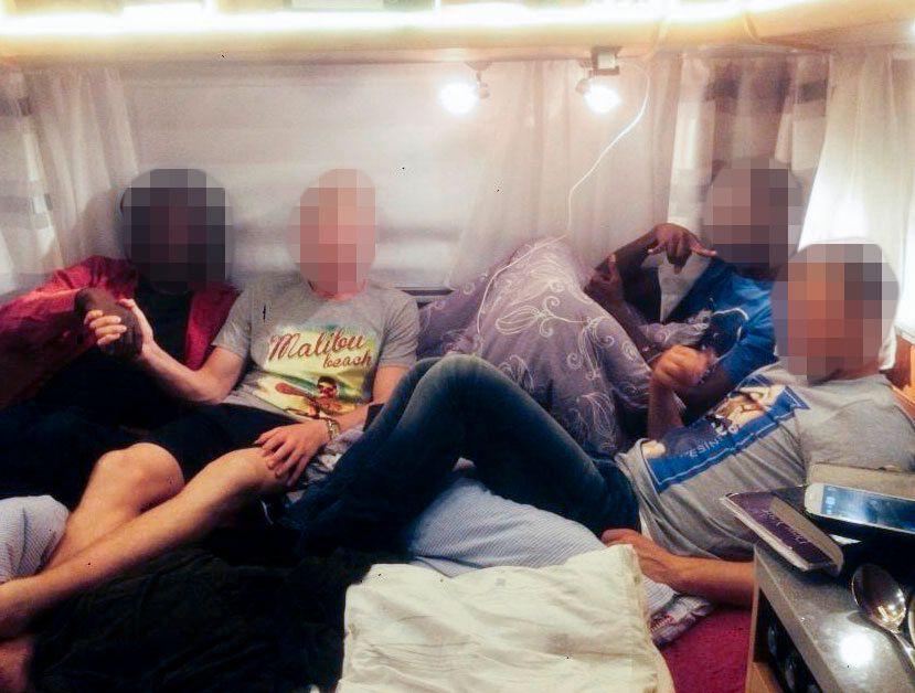 PÅ INNSIDEN: Her er kenyanere og rusmisbrukere avbildet inne i campingvognen som tilhører Stiftelsen Ordet.