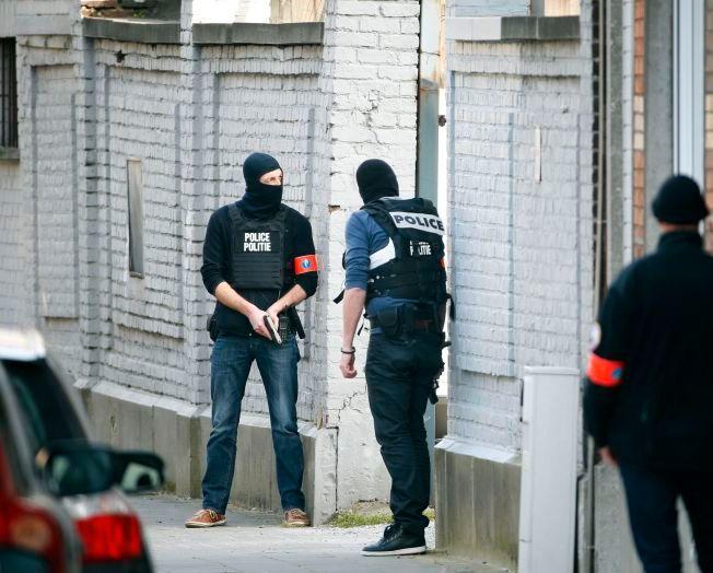 BEVÆPNET: Maskert politi har tatt oppstilling flere steder i Brussel-bydelen Forest i jakten på en eller flere mistenkte etter tirsdagens skyting.