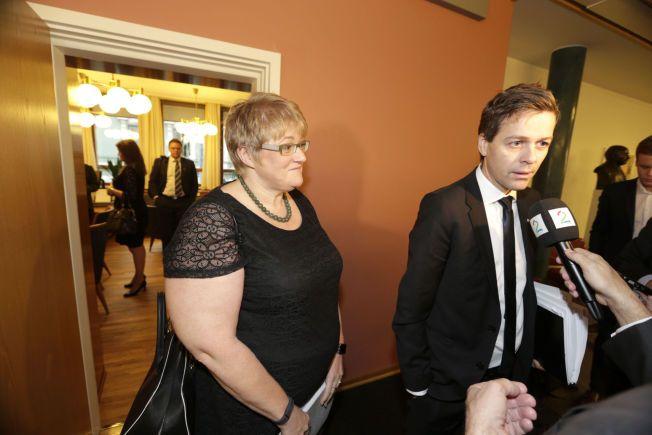 NÆRMER SEG: Trine Skei Grande (V) og Knut Arild Hareide (KrF) møtte pressen på vei fra dagens første forhandlingsrunde til gruppemøter i sine to partier onsdag.