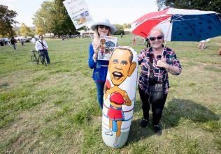 OPPBLÅSBAR OBAMA: Diane Delaura (61) og Rose Prescott (63) hadde med en oppblåsbar figur av Obama fordi de mente folk hadde lyst til å gi et slag.