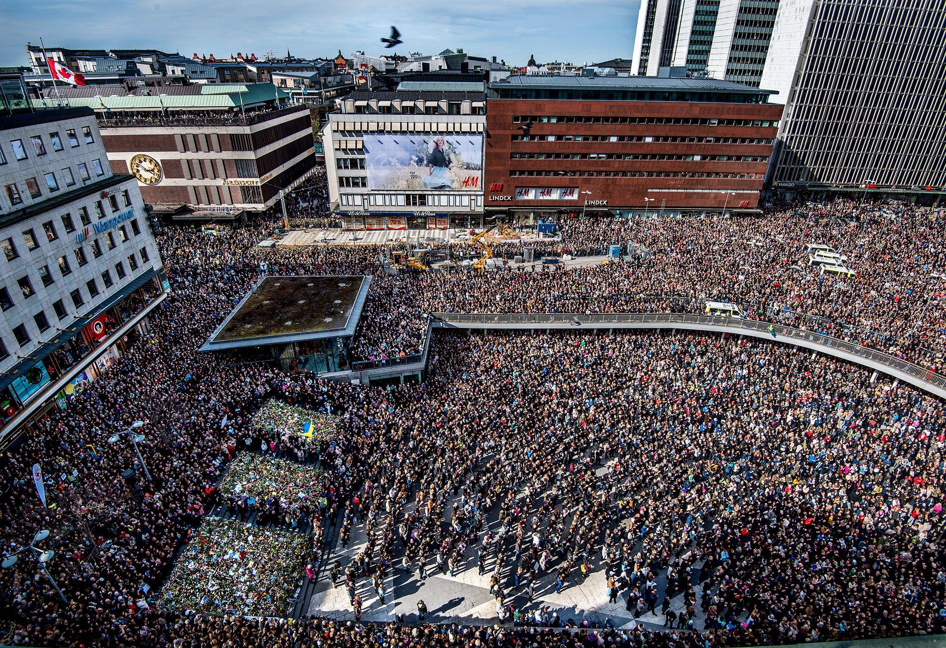MINNES: Flere tusen samlet seg søndag foran kulturhuset i sentrum av Stockholm, 100 meter fra det lastebilen traff Åhlens fredag.
