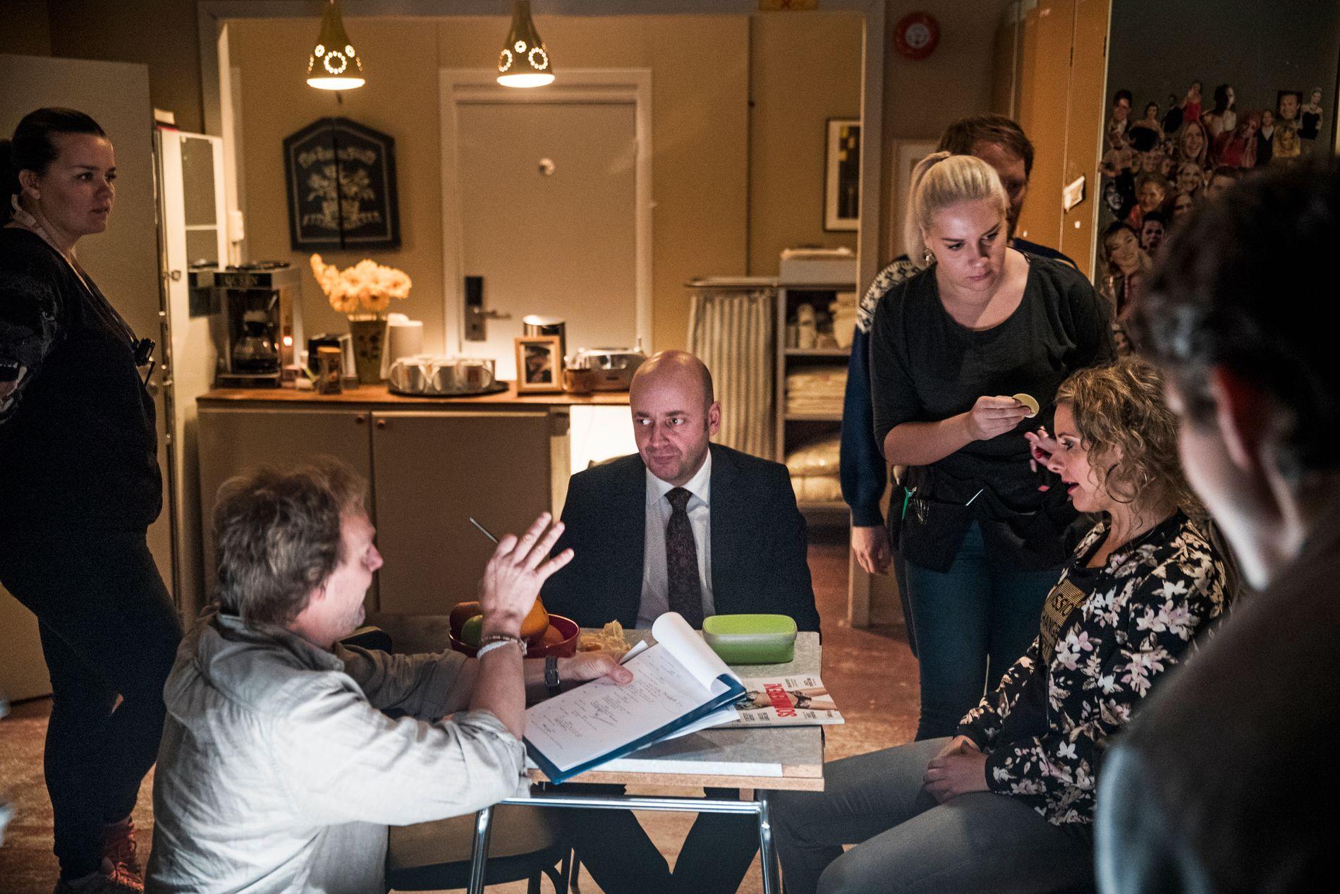 SØSKEN PÅ TV: Nikis Theophilakis og Cici Henriksen (ved bordet) hadde sine siste scener sammen.