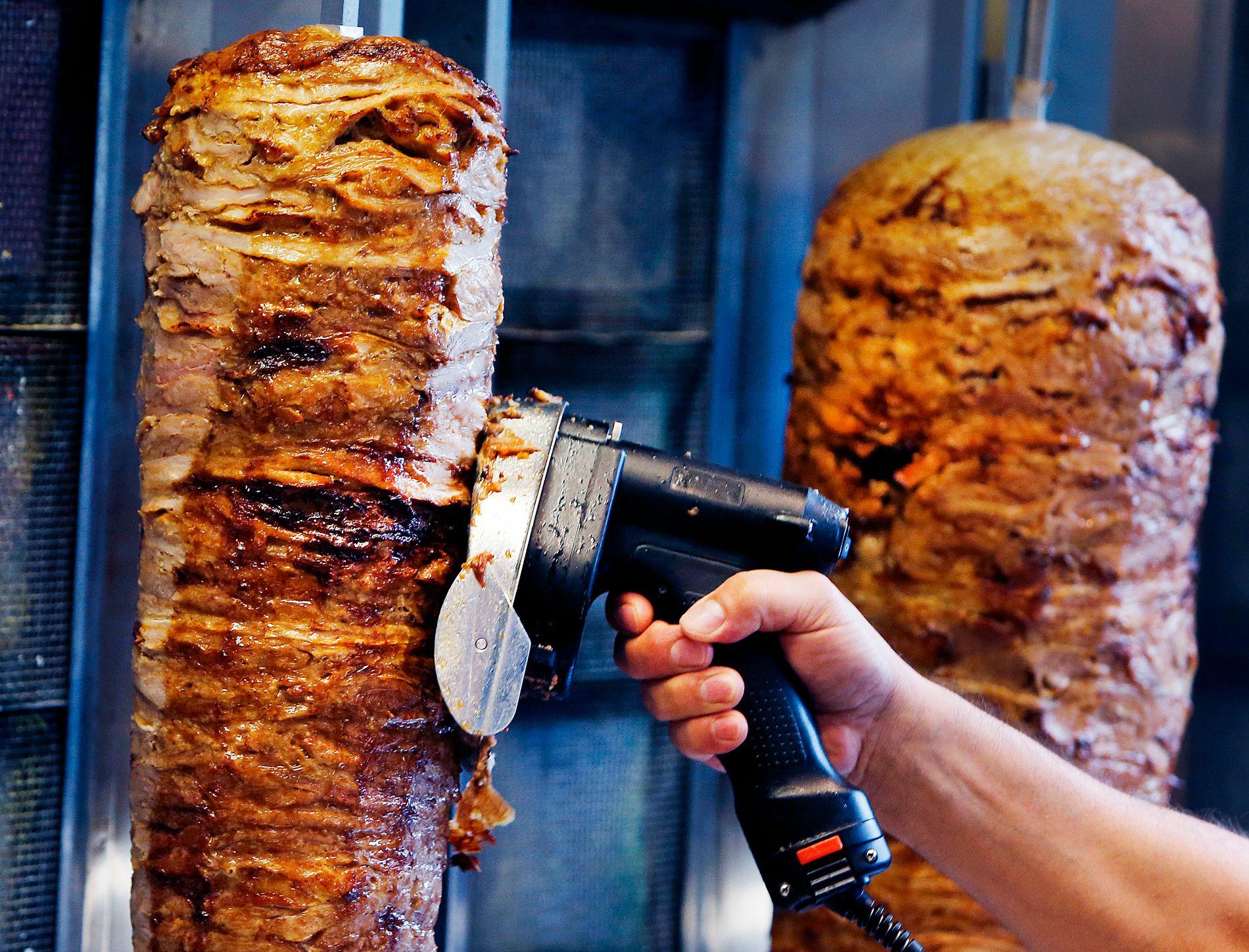 KEBAB: Her skjærer en mann kebab på en kafé i Frankfurt.