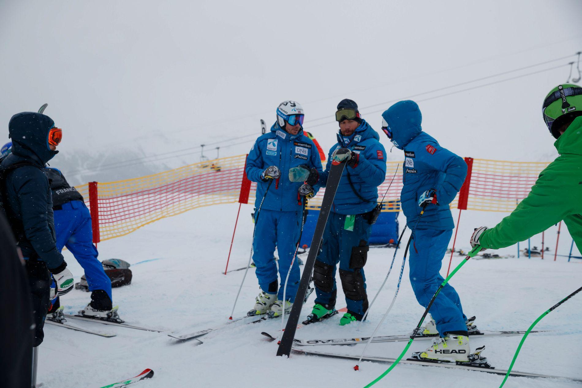 FÅ NY KOMITELEDER: Kjetil Jansrud og Aleksander Aamodt Kilde under inspeksjonen av utforløypa i St. Moritz mandag. Alpinkomiteens leder, Trond Olsen, gikk av få dager tidligere.