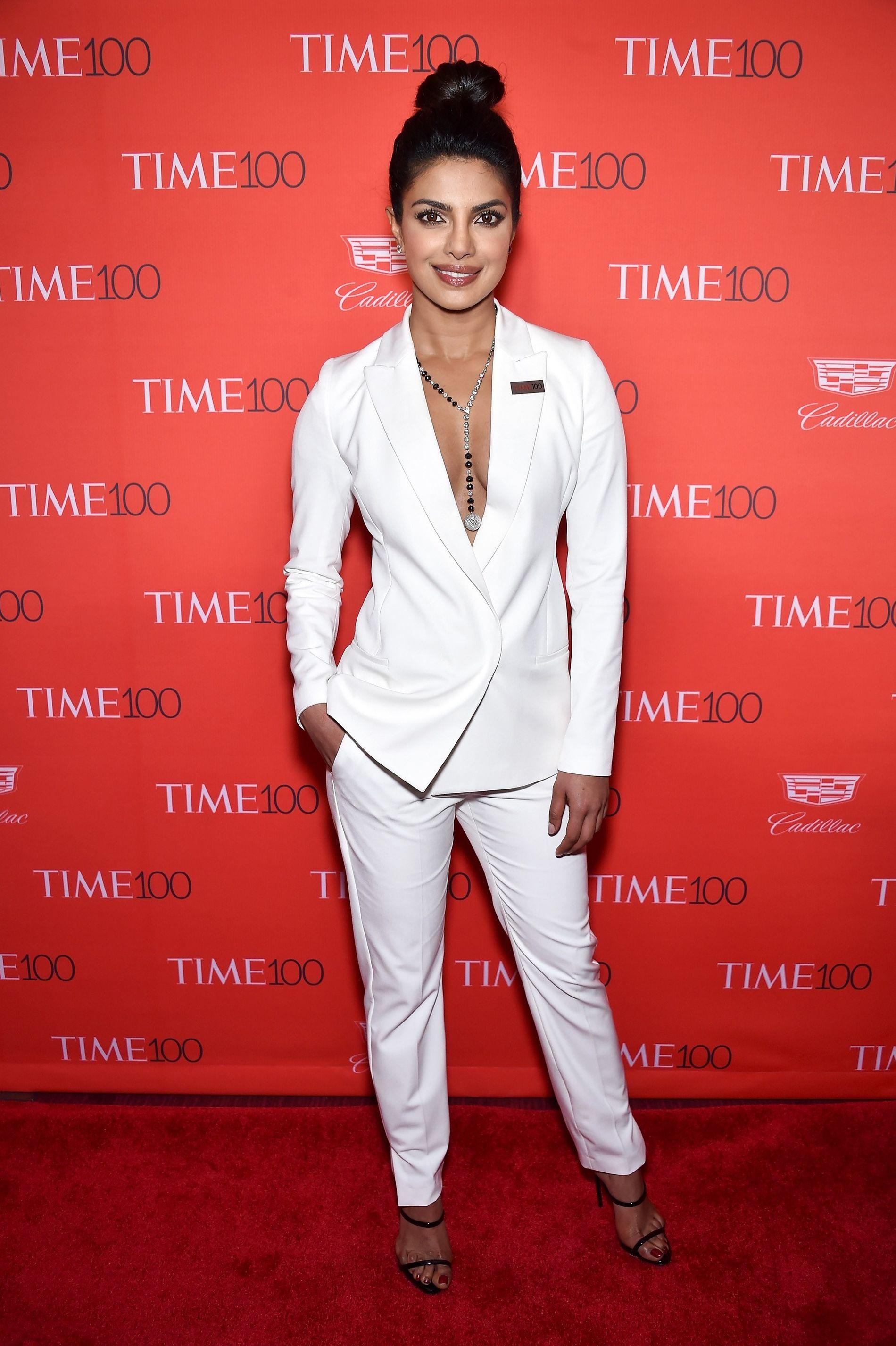 GALLAKLEDD: Chopra sier hun liker å overraske. Her er hun i dress på Time-galla i New York i april.