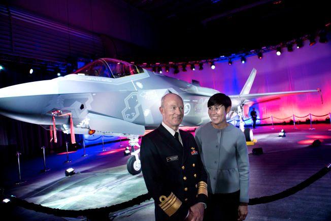 FLYGEKLART: Forsvarsminister Ine Eriksen Søreide og forsvarssjef Haakon Bruun-Hanssen fikk ta det nye jagerflyet i nærmere øyesyn i Texas i går.