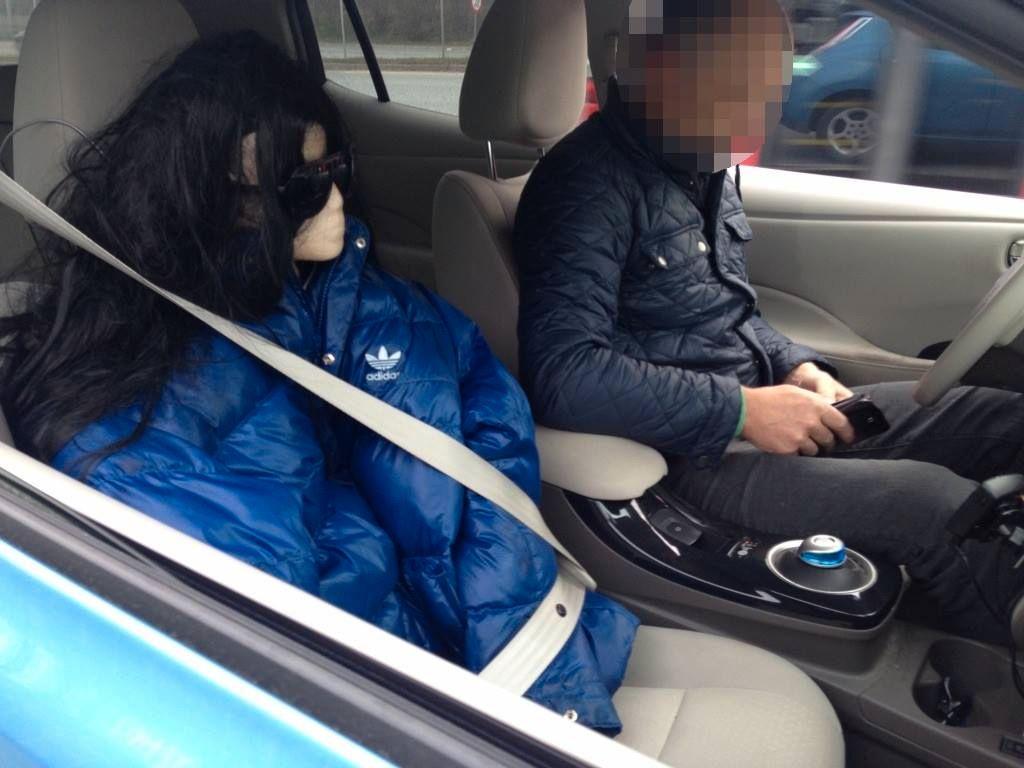 FALSK PASSASJER: Denne sjåføren var i overkant kreativ for å få kjøre i kollektivfeltet på E18 i morgenrushet.