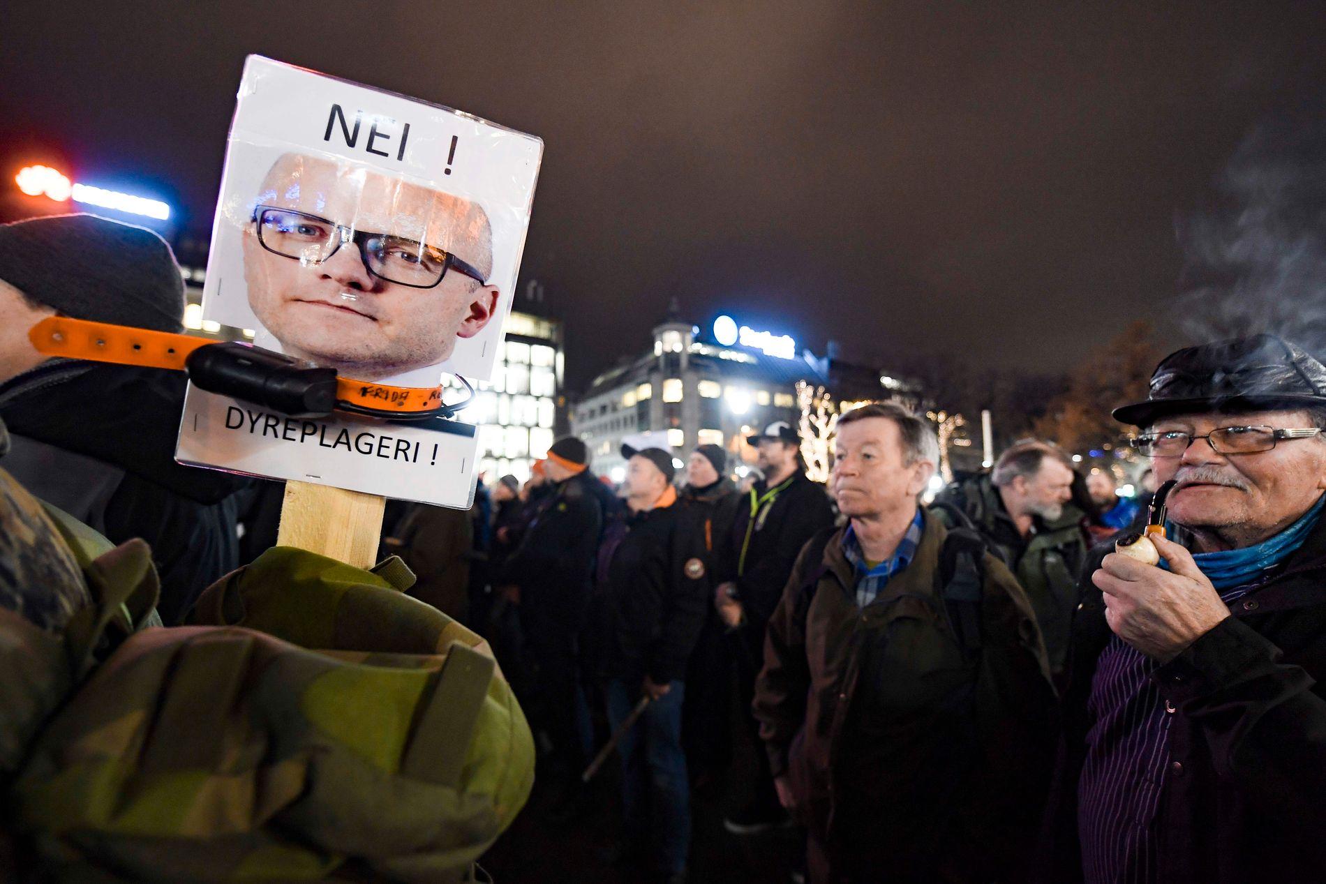 """FAKKELTOG: Rundt 2500 tilhengere av ulvejakt deltok i demonstrasjonen for """"demokratisk ulveforvaltning"""" i Oslo sentrum mandag kveld."""