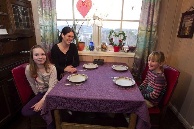 GOD STEMNING: Ingerid Forberg og døtrene ved middagsbordet hjemme på Lunde i Nome kommune i Telemark.