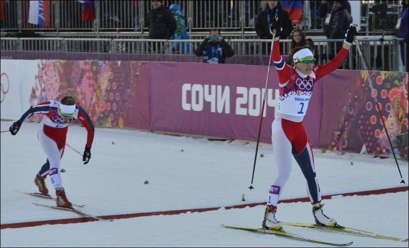 GULLJENTA: Maiken Caspersen Falla kan ikke tro det er sant at hun er olympisk mester på sprint, men hun hevet armene i været da hun skled først over målstreken. Nærmest var Ingvild Flugstad Østberg (t.v.). Foto:
