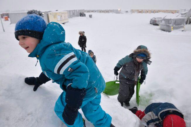 MOTTAKSBARN: Ti barn bor for øyeblikket i Vestleiren. Flere av dem satte stor pris på snøværet tirsdag.