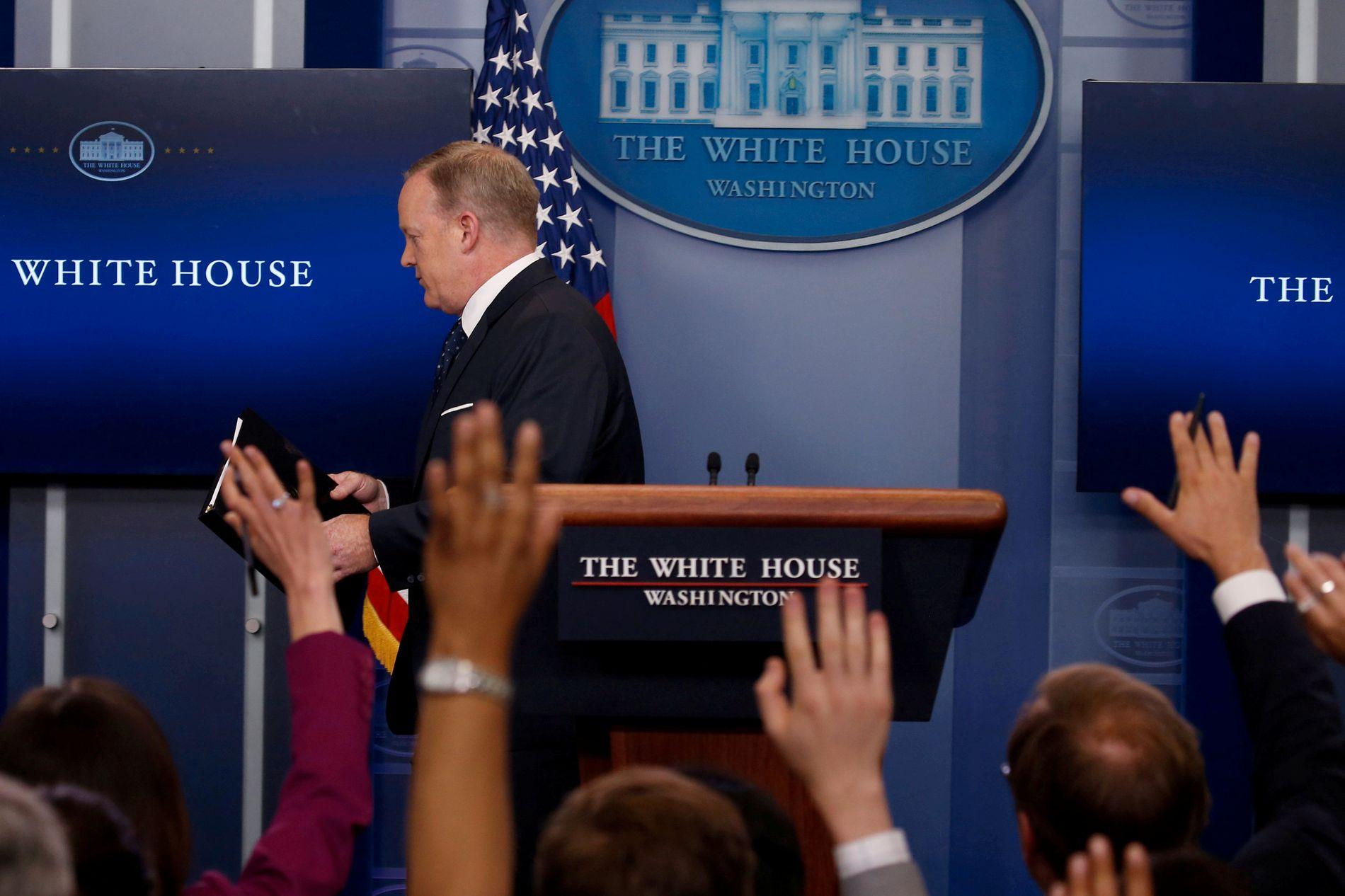 SJÅ'N SPICER FORLATE DET HVITE HUS: Bildet er riktig nok ikke dagsferskt, men det viser tidligere pressesekretær Sean Spicer på vei ut av presserommet i Det hvite hus ved en tidligere anledning.