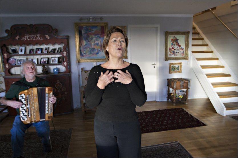 FRANSK FØLING: Som ung hadde Grete Faremo så mye ærefrykt for Edith Piaf at hun ikke våget å synes sangene hennes utenfor dusjen. Trekkspillkameraten Kjetil Skaslien overtalte henne da de møttes i AUF. Her gir de VG en intimkonsert med Piaf-sanger på stuegulvet til Skaslien. FOTO: ROGER NEUMANN/VG