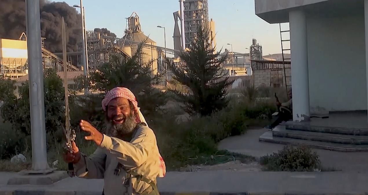 IS VED FABRIKKEN: Dette bildet av en IS-kriger ved den omstridte sementfabrikken der Jacob Wærness jobbet, er tatt fra en propagandavideo publisert i 2014.