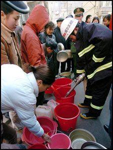 I KØ: Innbyggere i Harbin står i kø for å sikre seg nødvendig vann. Foto: AP