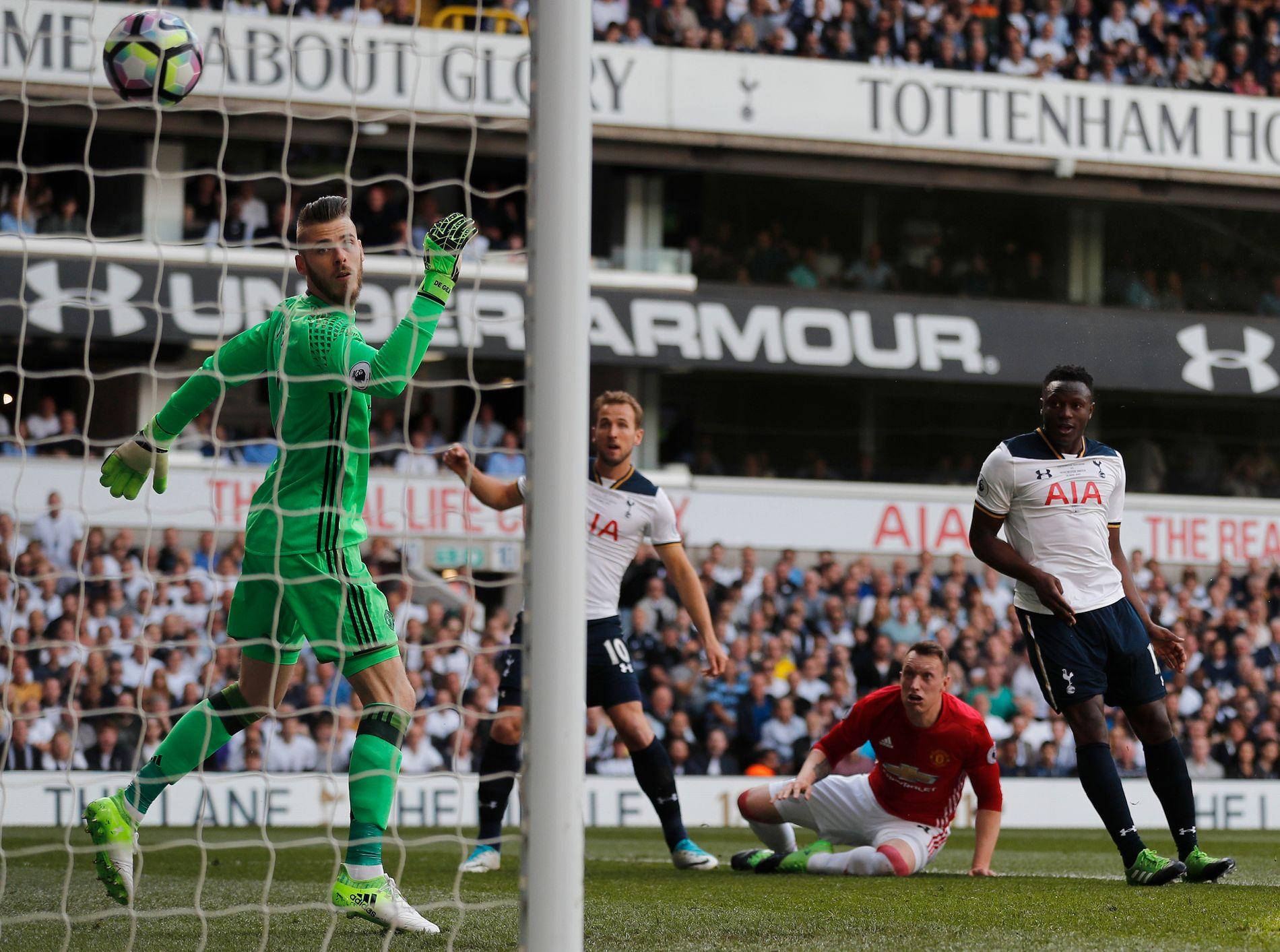 BRUKTE HODET: Manchester United-keeper David de Gea rakk ikke å reagere på Victor Wanyamas (t.h.) heading fra kloss hold. I midten Harry Kane - som fikk sitt mål i 2. omgang - og Manchester Uniteds Phil Jones.