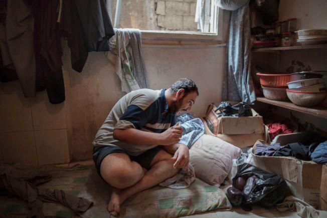 DRØMMER OM NORGE: Osama Stitan (32) er funksjonshemmet og sover på gulvet i kjøkkenet til den syrisk-palestinske familien. Han sier at han håper å komme til Norge fordi han har hørt at de har gode tilbud til alvorlig syke.