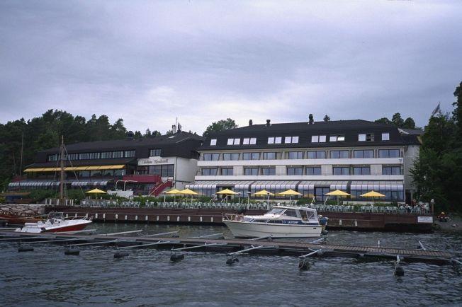 TATT HER: Sommeren 2014 ble de to tiltalte pågrepet på Holmen Fjordhotell i Asker. Etter en måned i varetekt, slapp de ut. De skal da ha fortsatt med omfattende bedragerier.