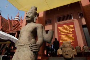 LAGET AV STEIN: Statuen av den hinduistiske guden Shiva skal være fra 800-tallet og statuen av et gudehode er fra 1200-tallet.