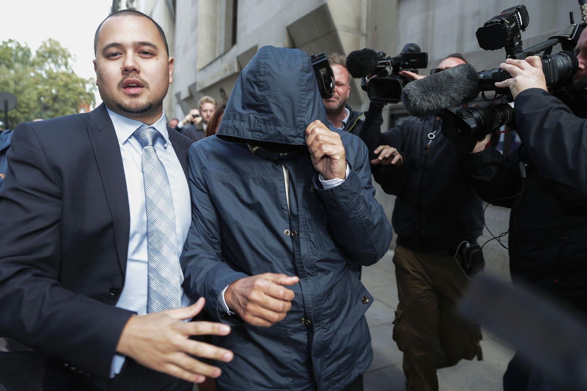 GJEMTE ANSIKTET: Tabloidjournalisten Mazher Mahmood (midten) dekket til ansiktet sitt med et skjerf og en hette da han ble ført ut av Old Bailey Central Criminal Court i London tidligere denne måneden.