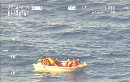 OVERLEVD: En gruppe på syv personer ble funnet i denne båten.