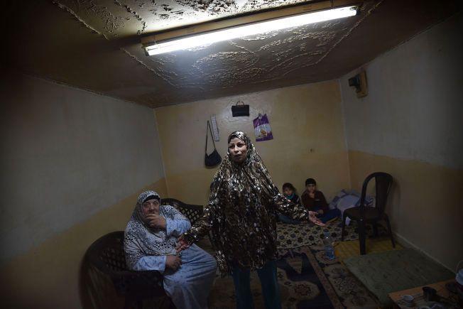 De syriske flyktningebarna Firas og Amar bor med mor og bestemor i et betongrom uten vinduer i Amman. Pappa er savnet i Syria, moren har ikke hørt fra ham på to år. Søndag besøkte statsminister Erna Solberg den vesle familien som har kommet seg ut av flyktningeleiren. Mor og bestemor ønskert ikke å oppgi sine navn. Foto: HARALD HENDEN, VG