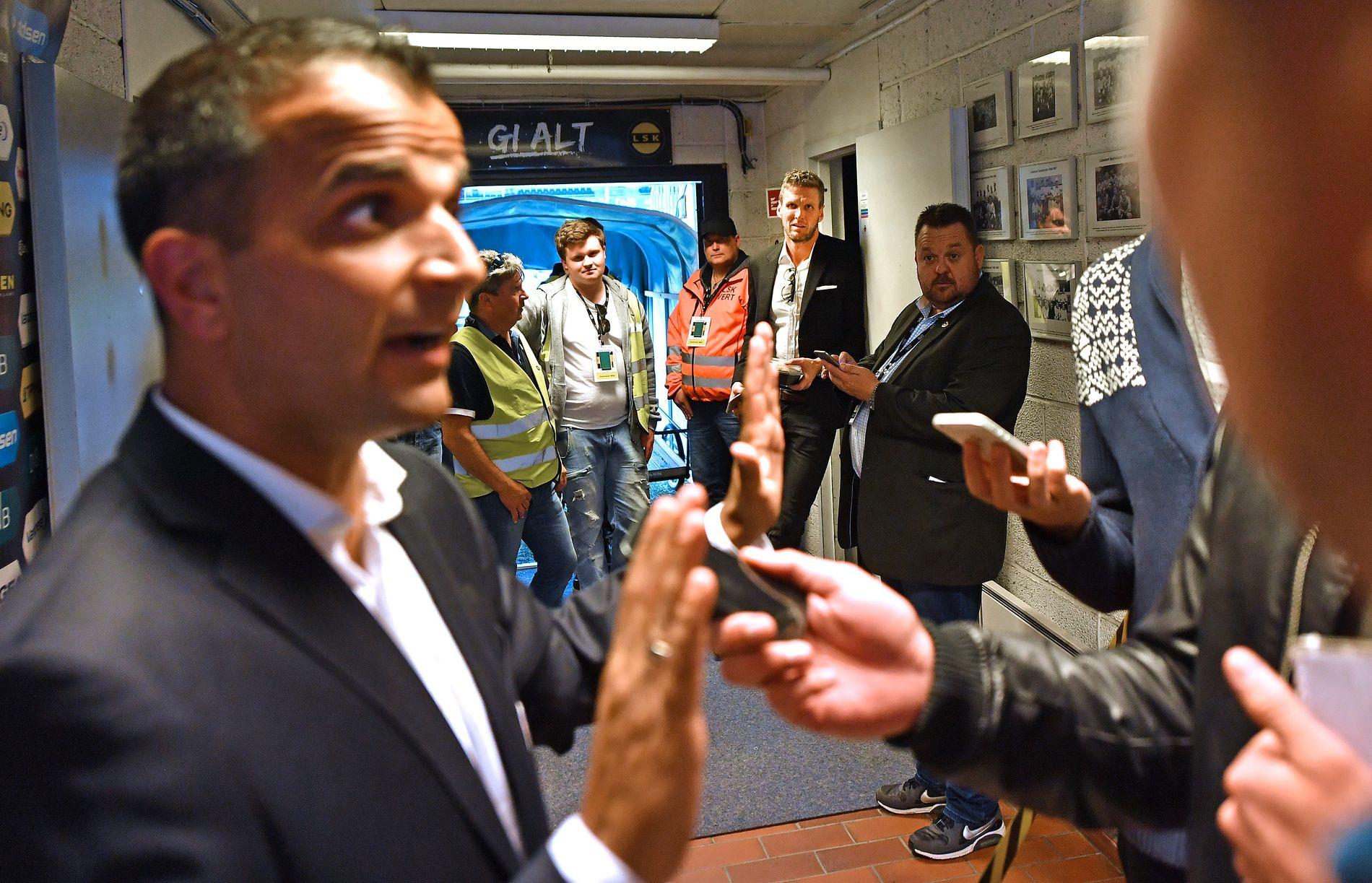 STO PÅ SITT: Svein-Erik Edvartsen forsvarte seg for pressen etter at han viste ut LSK-kaptein Frode Kippe (t.h.). Kapteinen og flere i klubben sto og hørte på dommerens forklaring.