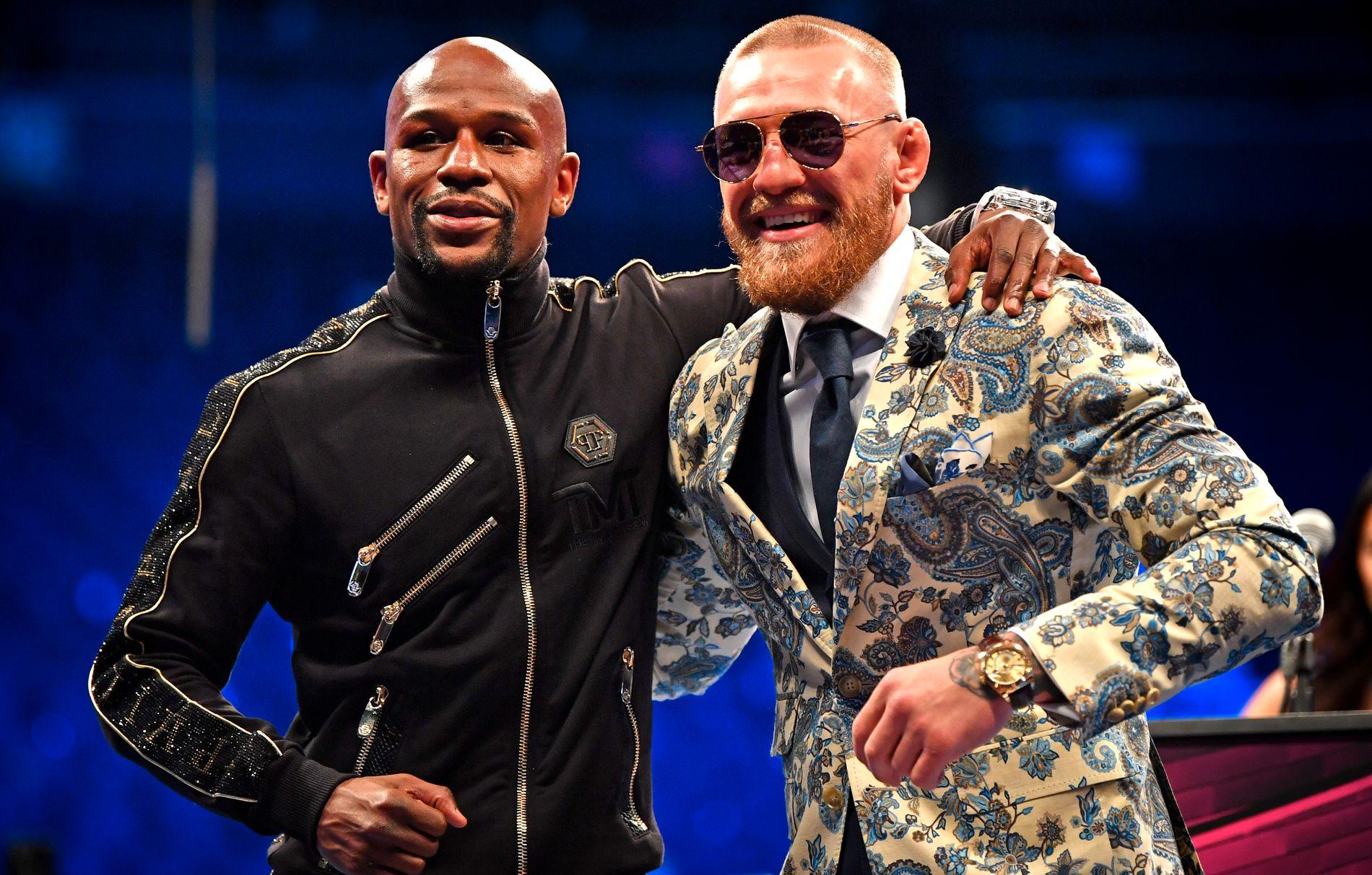 GODE BUSSER: Floyd Mayweather og Conor McGregor etter kampen som gjorde dem til to av årets best betalte idrettsutøvere.
